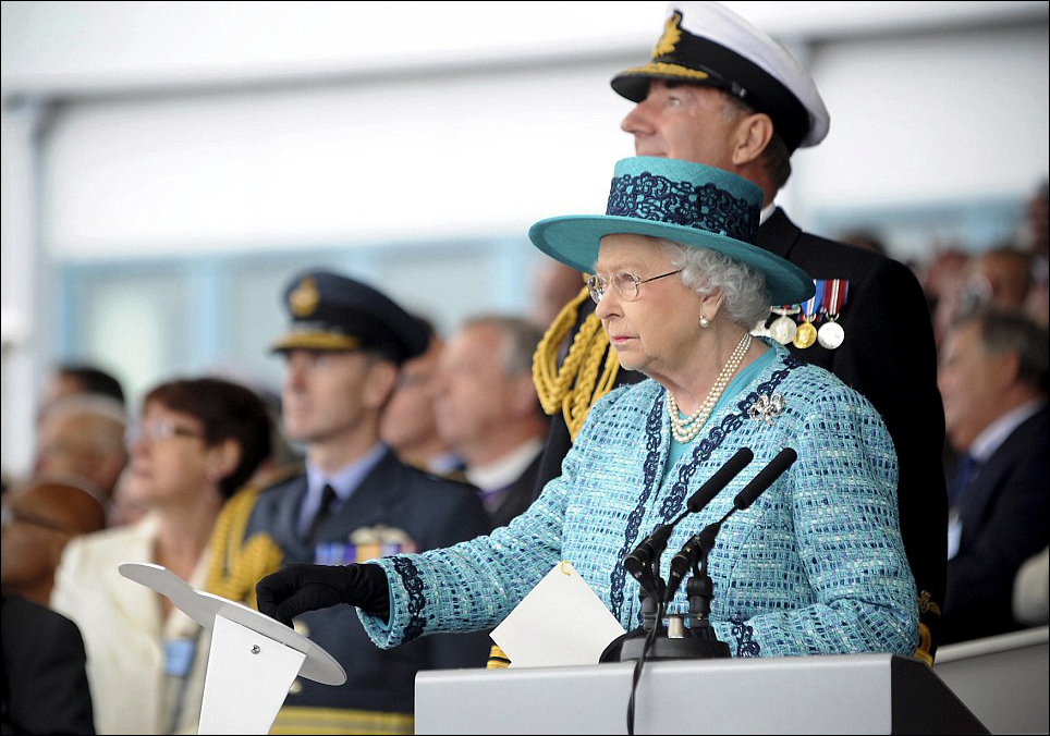 Королева на церемонии спуска на воду авианосца HMS Queen Elizabeth